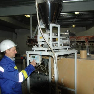 Tank containing the liquid hardener to be inserted in the silicate capsules